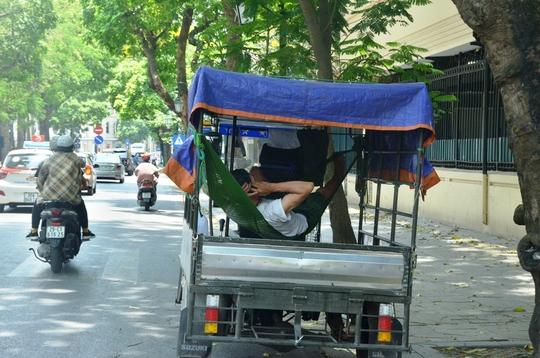 Muôn kiểu chống chọi nóng kinh người trên 40 độ C ở Hà Nội - Ảnh 8.