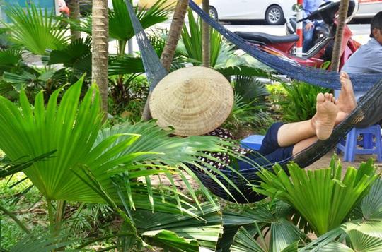 Muôn kiểu chống chọi nóng kinh người trên 40 độ C ở Hà Nội - Ảnh 2.
