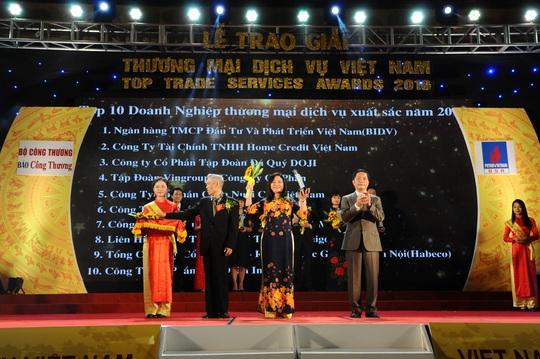 Bà Nguyễn Thị Kim Dung - Giám đốc Co.opmart Hà Nội, đại diện Saigon Co.op - đón nhận giải thưởng Doanh nghiệp Thương mại Dịch vụ xuất sắc
