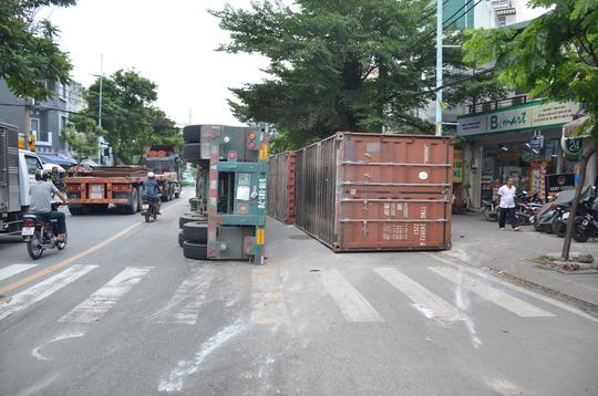 Xe đầu kéo lật, 2 thùng container văng qua làn xe 2 bánh - Ảnh 2.