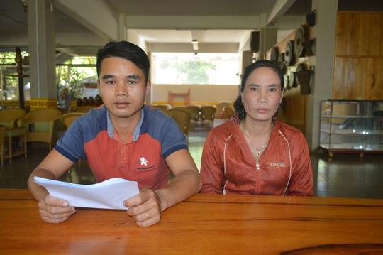Anh Vũ Văn Hiếu và bà Vũ Thị Liên trao đổi với báo chí