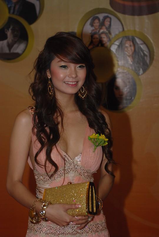 Minh Hằng đẹp cuốn hút trên thảm đỏ Mai Vàng lần thứ 13 - Ảnh 1.