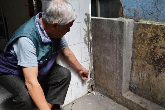 Nhà ông Nguyễn Tiến Duyệt, ngụ số 27C, đường Nguyễn Văn Trỗi, bị ảnh hưởng nặng khiến các cửa không thể đóng mở được.