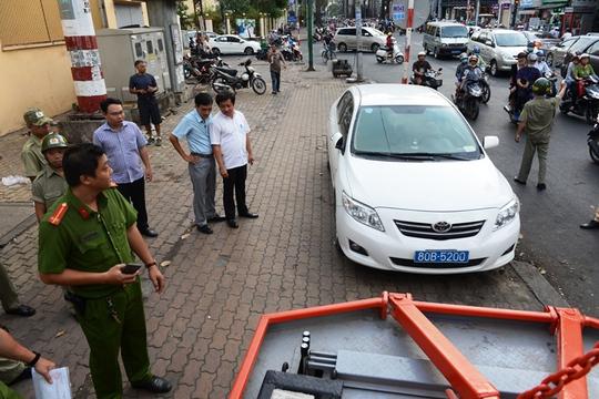 Ông Đoàn Ngọc Hải, Phó Chủ tịch UBND quận 1 trong một lần xử phạt xe biển xanh 80B đậu trên vỉa hè
