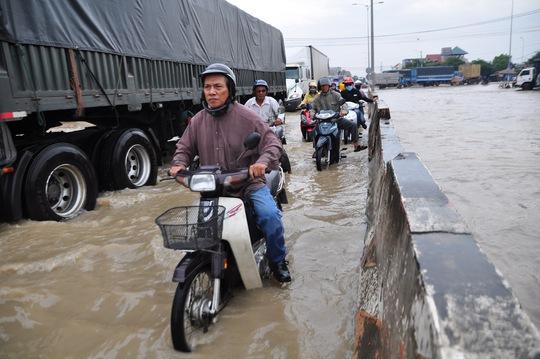 Mưa lớn, nhiều nơi ở Đồng Nai và Bà Rịa - Vũng Tàu ngập nặng - Ảnh 1.