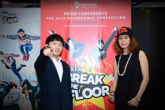BBoy Pocket và đại diện BTC chương trình Break the Floor