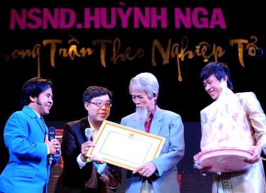 NSND Huỳnh Nga trong lễ mừng thọ do Hội Sân khấu TPHCM tổ chức