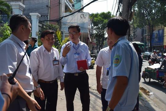 Ông Võ Đức Thanh, Phó chủ tịch UBND quận 11 (đeo kính) chỉ đạo đoàn công tác xử lý tình trạng lấn chiếm vỉa hè trên địa bàn tuyến đường Ông Ích Khiêm
