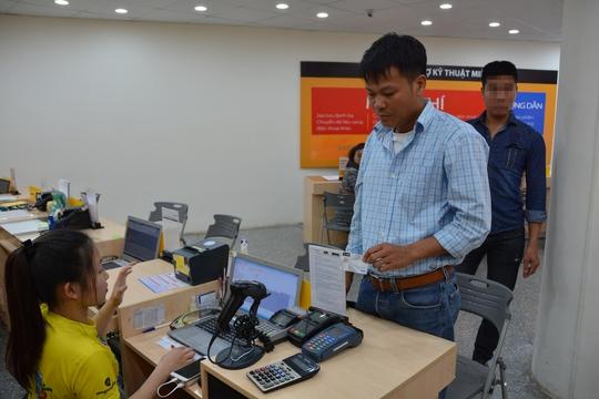 Trộm thẻ tín dụng người nước ngoài, mua hàng loạt iPhone 7 Plus - Ảnh 2.