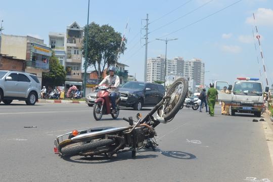 Chiếc xe máy bị tông văng hàng chục mét trên đường Phạm Văn Đồng