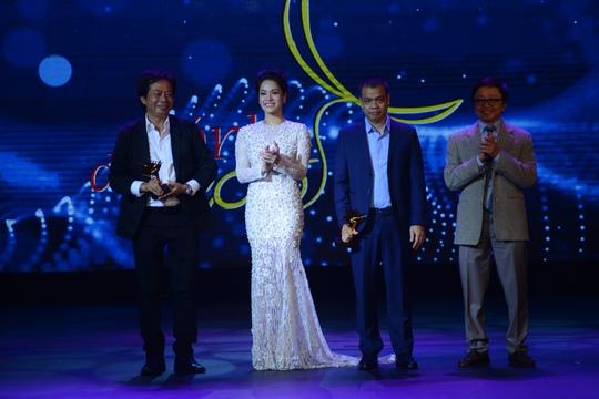 Khách mời trao giải Nhật Kim Anh đọc không chuẩn phần kết quả giải thưởng