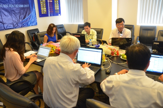 Quang cảnh buổi tư vấn trực tuyến tại tòa soạn Báo Người Lao Động