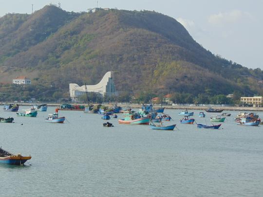 Nếu đi về phía Tây và phía Nam của thành phố, du khách sẽ được cảm nhận các hoạt động tấp nập của ngư dân, tàu bè vận chuyển hàng hóa từ Bãi Dâu đến Bãi Trước.