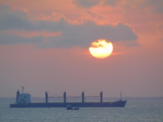 Hoặc ngắm cảnh mặt trời lặn ngay trên biển
