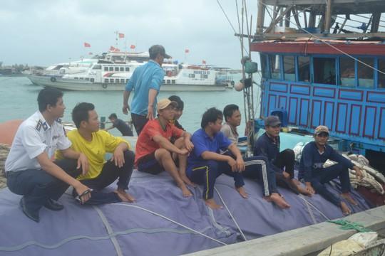 Cứu 19 ngư dân Khánh Hòa và Quảng Ngãi gặp nạn trên biển - Ảnh 2.