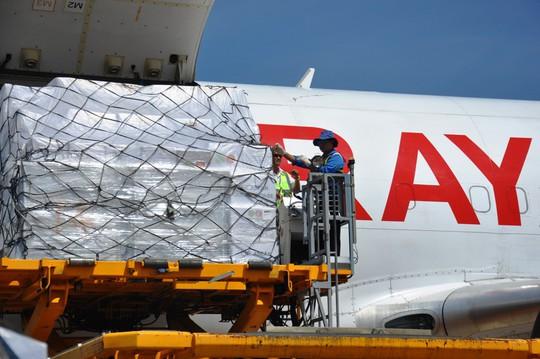 Hàng viện trợ của ASEAN đến với nạn nhân bão số 12 - Ảnh 2.