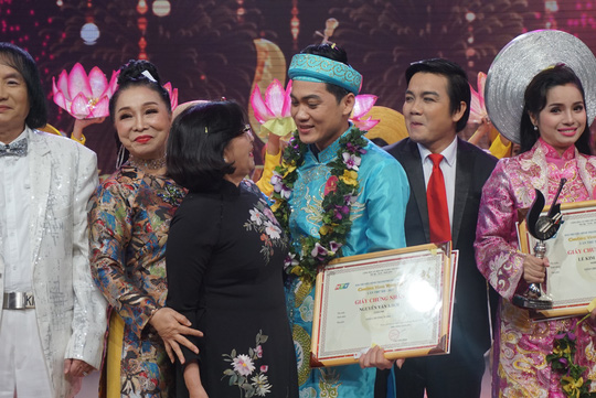 Nhân viên tòa án đoạt giải Chuông vàng vọng cổ 2017 - Ảnh 2.