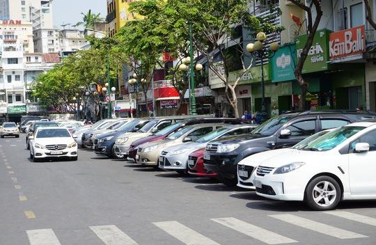 TP HCM: Thu phí đậu ô tô dưới lòng đường qua điện thoại - Ảnh 1.