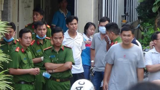 Lực lượng chức năng túc trực tại hiện trường.