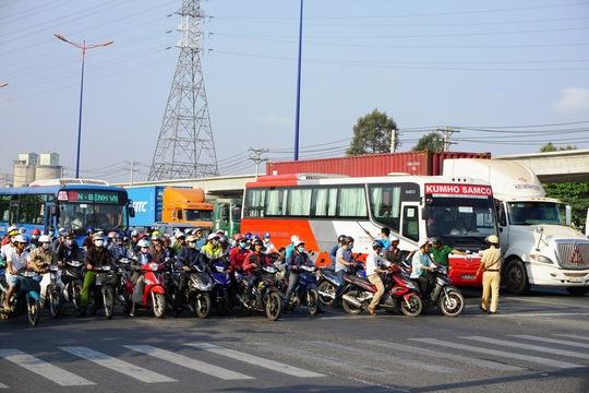 Hường dẫn người điều khiển phương tiện dừng đúng vạch quy định
