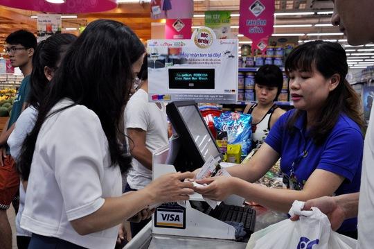 Nhân viên Co.opmart đang tư vấn cách tích lũy tem, đổi quà tại siêu thị.