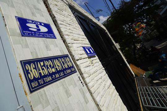 Trên đường Bùi Tư Toàn (phường An Lạc, quận Bình Tân) có nhiều nhà có nhiều xuyệc như số 36/45/32/49/13/... Tuy nhiên sau khi phản ánh, số nhà tại đây đã được thay đổi. Trong ảnh là số nhà 36/45/32/49/13/48 đã được thay bằng số nhà 2/31/9 giúp người dân thuận tiện, dễ nhớ hơn.