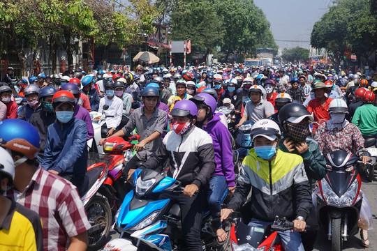 Không khí náo nhiệt diễn ra khắp các đường phố của thị trấn Tầm Vu với con em xa xứ và khách thập phương đổ về