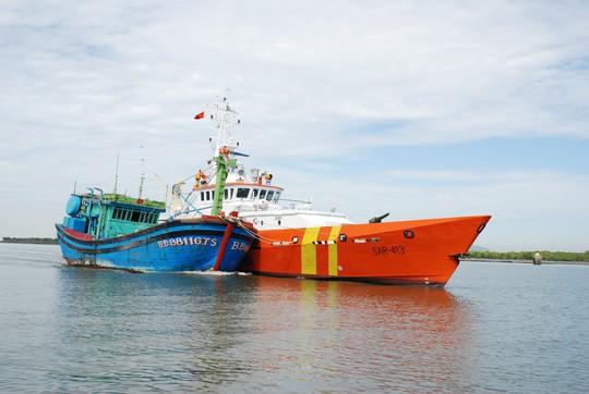 Chuyển thuyền viên bị nạn giữa biển về bằng máy bay - Ảnh 3.
