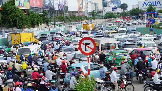 Qua ghi nhận của phóng viên, một số tuyến đường xung quanh sân như Trường Sơn, Cộng Hòa, Hoàng Văn Thụ (quận Tân Bình) bắt đầu xảy ra tình trạng ùn ứ từ khoảng 15 giờ và ngày càng trở nên căng thẳng