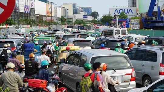 Qua ghi nhận của phóng viên, tình trạng kẹt xe ở các tuyến đường cửa ngõ sân bay Tân Sơn Nhất đến 18 giờ vẫn đang khá căng thẳng
