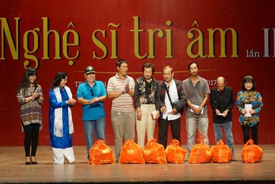 NSND Kim Cương và ca sĩ Ánh Tuyết trao tặng quà cho các nhạc sĩ