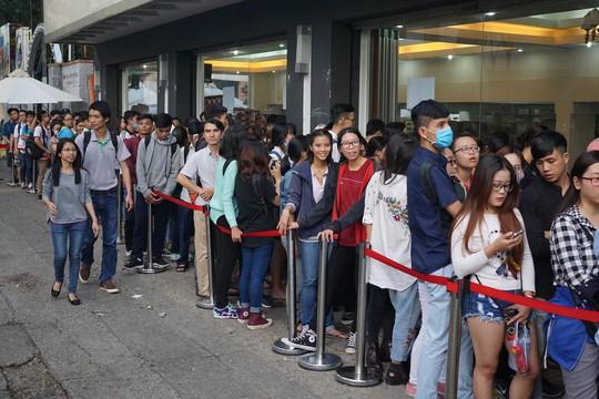 Nhiều bạn trẻ đội nắng, rồng rắn xếp hàng đợi mua giày giảm giá trước một cửa hàng trên đường Nguyễn Thị Minh Khai.
