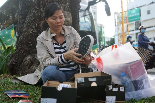 Chị Thuỷ (ngụ ở Bình Thuận) cho biết: Tôi biết được đợt giảm giá này thông qua facebook, hôm nay tôi đi từ Bình Thuận về để mua giày. Xếp hàng cả ngày cũng mua được 5 đôi với giá 700.000 đồng/ đôi