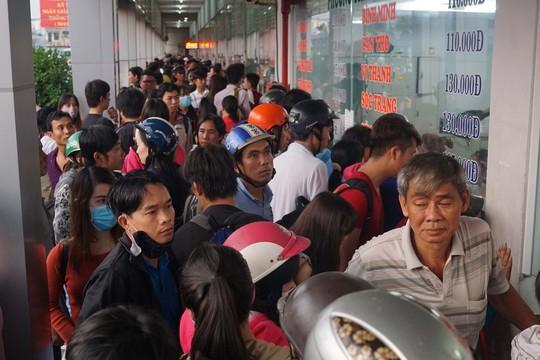 Đến chiều 29-4, nhiều hành khách vẫn xếp hàng với hy vọng mua những tấm vé cuối cùng để kịp ngày nghỉ lễ