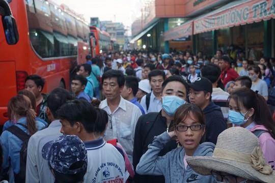 Do kẹt xe, trễ phà từ miền Tây lên nên nhiều người phải chịu cảnh trễ giờ về. Có hành khách vé mua từ 15 giờ nhưng đến 18 giờ tối vẫn chưa được lên xe.