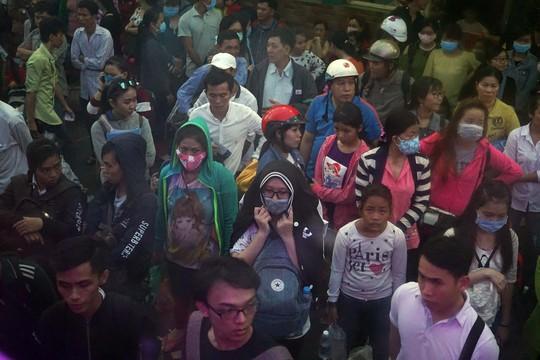 Đến 19 giờ cùng ngày, vẫn còn rất đông hành khách tại bến xe Miền Tây