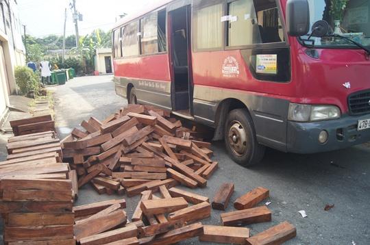 Số gỗ lấy ra từ xe khách