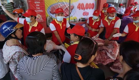 Chen nhau mua thịt heo cực rẻ 25.500 đồng/kg - Ảnh 2.
