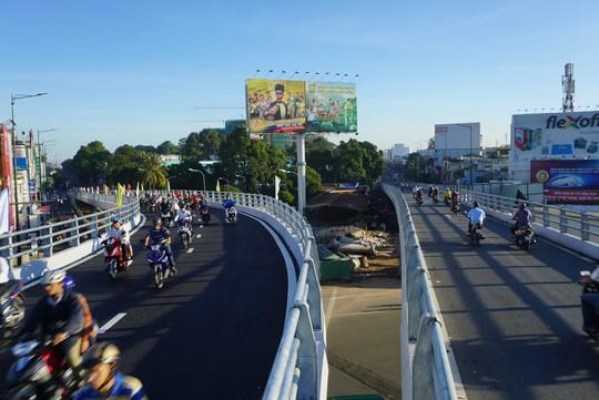 Nhánh cầu cửa ngõ Tân Sơn Nhất vừa thông, xe vẫn kẹt - Ảnh 9.