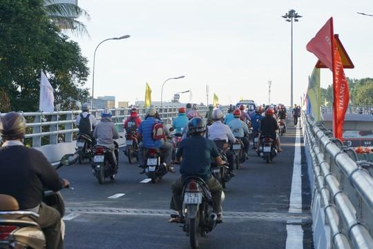 Nhánh cầu cửa ngõ Tân Sơn Nhất vừa thông, xe vẫn kẹt - Ảnh 1.