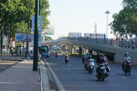 Nhánh cầu cửa ngõ Tân Sơn Nhất vừa thông, xe vẫn kẹt - Ảnh 8.