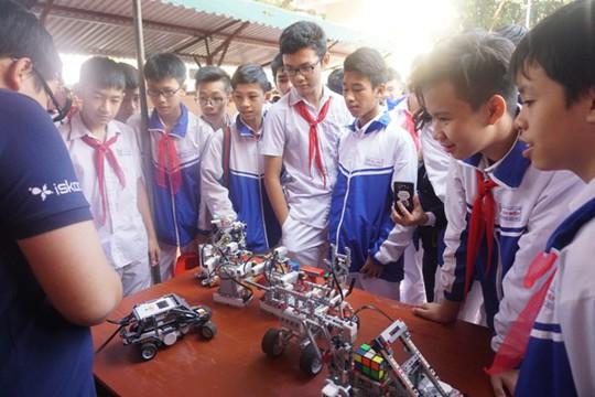 Học sinh vùng cao hò reo với robot, thí nghiệm khoa học - Ảnh 3.