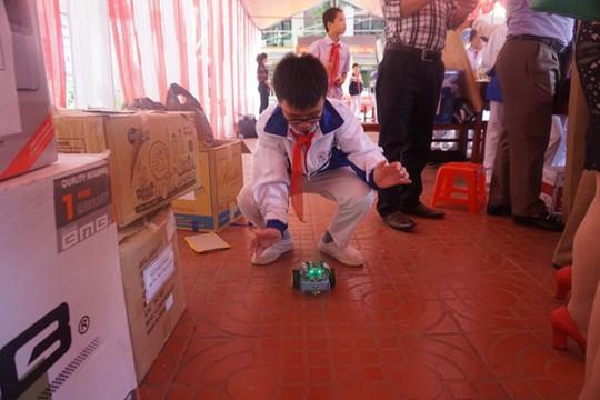 Học sinh vùng cao hò reo với robot, thí nghiệm khoa học - Ảnh 5.