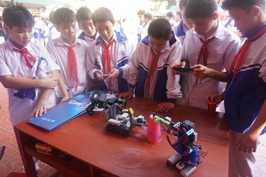 Học sinh vùng cao hò reo với robot, thí nghiệm khoa học - Ảnh 15.