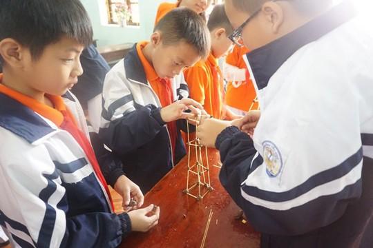 Học sinh vùng cao hò reo với robot, thí nghiệm khoa học - Ảnh 18.