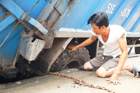 Giải cứu xe rác bị sụp hố sâu trên đường Hai Bà Trưng - Ảnh 1.