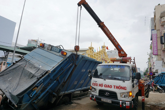 Giải cứu xe rác bị sụp hố sâu trên đường Hai Bà Trưng - Ảnh 4.