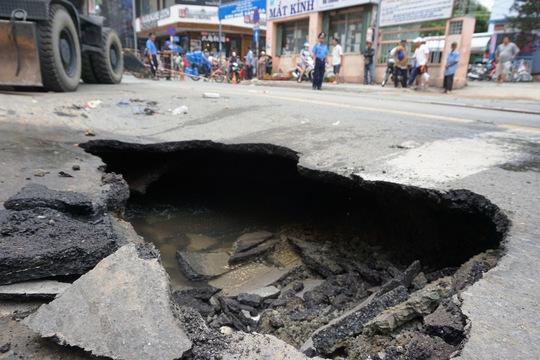 Giải cứu xe rác bị sụp hố sâu trên đường Hai Bà Trưng - Ảnh 5.