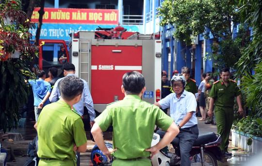 Cháy trường học ở Tân Phú, hàng trăm học sinh nháo nhào - Ảnh 2.
