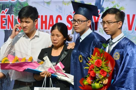 Nước mắt mẹ rơi trong lễ nhận bằng tốt nghiệp cho con đã mất - Ảnh 2.